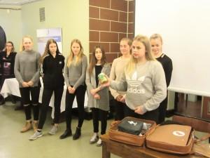 Yhteiskoulun kahdeksasluokkalaiset avasivat tilaisuudessa kriisiajoista selviämisen matkalaukkunsa, joka kuuluu Seinäjoen yhdeksi Suomi 100 -vuoden yhdeksän matkalaukun sarjaan.